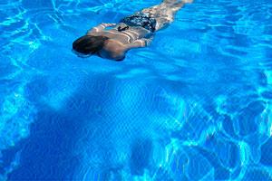 chica nadando para adelgazar