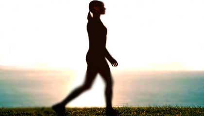 Mujer caminando por que andar adelgaza