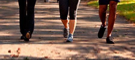 Tres personas juntas caminando para demostrar que caminar adelgaza